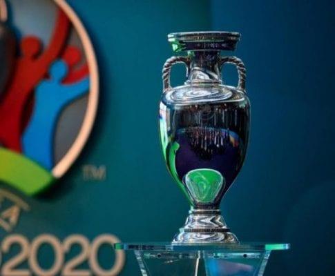 Chiếc cúp vô địch dành cho đội chiến thắng tại giải bóng đá Euro
