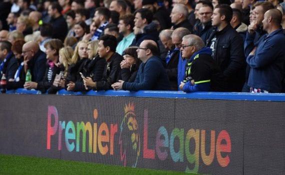 Khán giả xem trực tiếp cuồng nhiệt trên các sân bóng của giải bóng đá Ngoại Hạng Anh