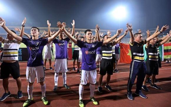 Khán giả đến sân tại giải V League